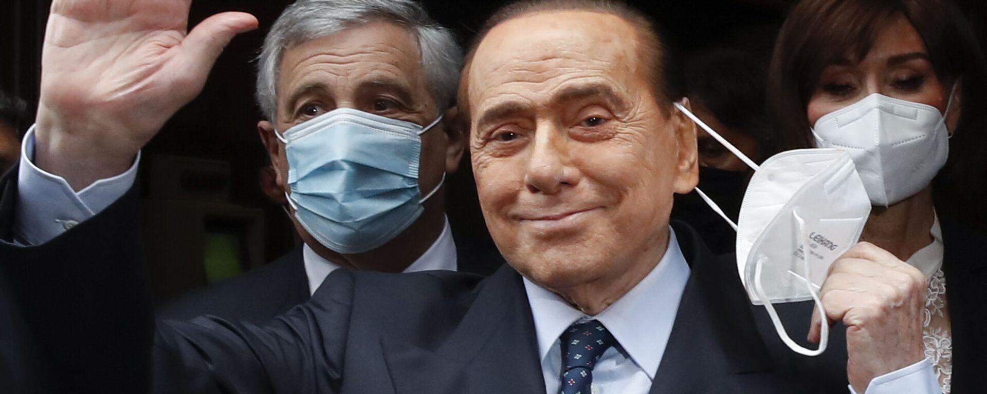 Бывший премьер-министр Италии Сильвио Берлускони машет репортерам в Риме  - Sputnik Italia, 1920, 30.09.2021