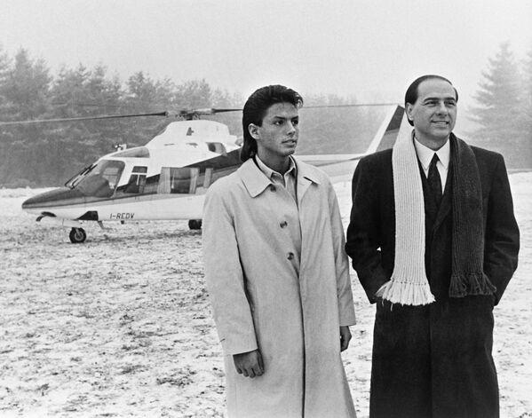 Silvio Berlusconi, all'epoca manager televisivo, posa per una foto con suo figlio Pier Silvio a Milano - 1 marzo 1986. - Sputnik Italia