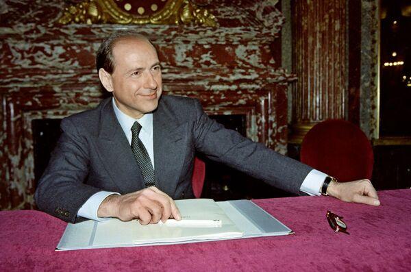 Silvio Berlusconi, all'epoca presidente della Fininvest, interviene ad una conferenza stampa, svoltasi il 3 febbraio 1992 a Parigi , nel corso della quale conferma il suo interesse a rilevare il canale televisivo francese 'La cinq', che stava attraversando gravi difficoltà finanziarie. - Sputnik Italia