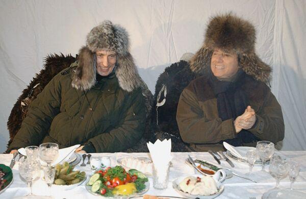 Il presidente russo Vladimir Putin e l'ex presidente del Consiglio italiano Silvio Berlusconi pranzano all'aperto presso la residenza di stato a Zavidovo - 3 febbraio 2003.  - Sputnik Italia