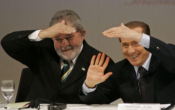 L'ex primo ministro italiano Silvio Berlusconi e l'ex presidente del Brasile Luiz Inácio Lula da Silva scherzano durante il seminario 'Brasile-Italia: nuove partnership strategiche' a San Paolo - 29 giugno 2010. - Sputnik Italia