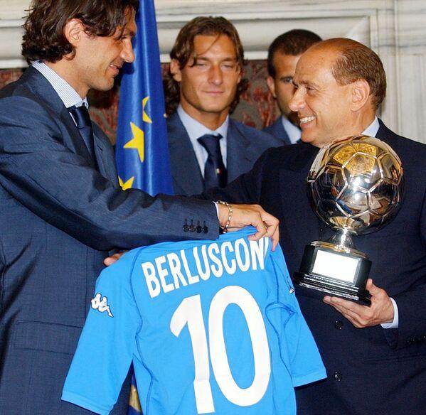 L'ex capitano della nazionale italiana di calcio Paolo Maldini regala a Silvio Berlusconi un trofeo commemorativo dei Mondiali di calcio 2002 e una maglia della squadra con il nome dell'ex premier durante una cerimonia a Roma - 21 maggio 2002. - Sputnik Italia