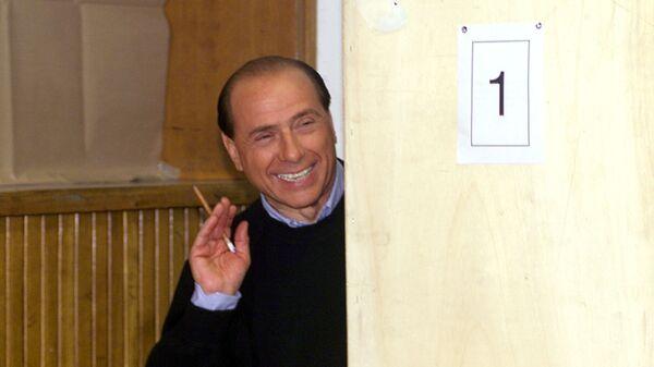 Лидер правоцентристской коалиции Сильвио Берлускони играет в прятки со СМИ в одной из школ Милана, 2000 год - Sputnik Italia
