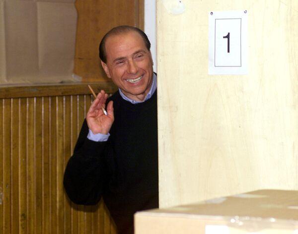Il leader della coalizione di centrodestra Silvio Berlusconi in una cabina di voto in una scuola di Milano - 16 aprile 2000. - Sputnik Italia