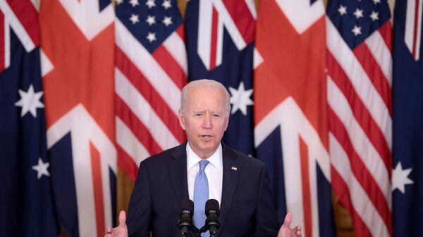 Президент США Джо Байден выступает на мероприятии в Восточном зале Белого по поводу новой инициативы в области национальной безопасности в партнерстве с Австралией и Соединенным Королевством - Sputnik Italia