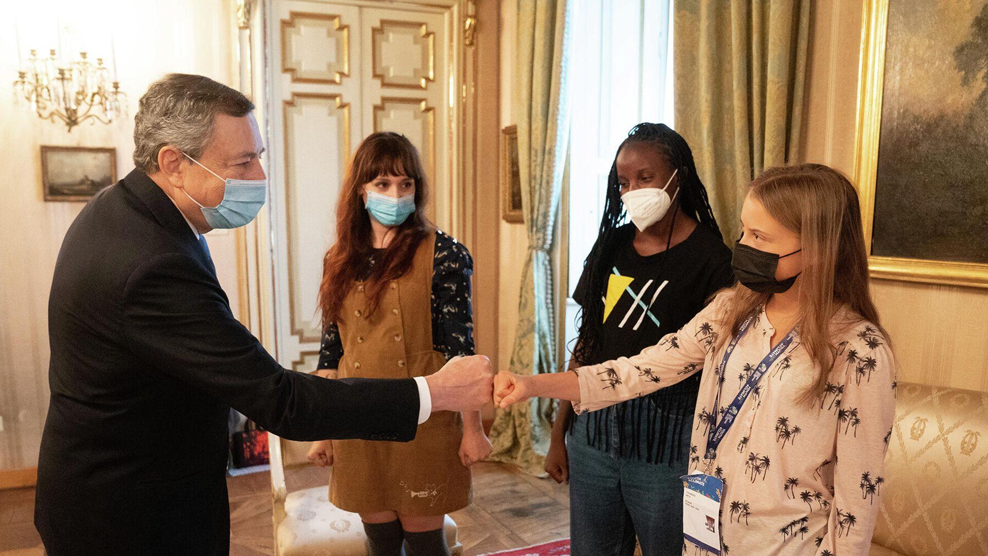 l Presidente del Consiglio Mario Draghi con le attiviste ambientali Greta Thunberg, Vanessa Nakate e Martina Comparelli, Milano 30 settembre 2021 - Sputnik Italia, 1920, 30.09.2021
