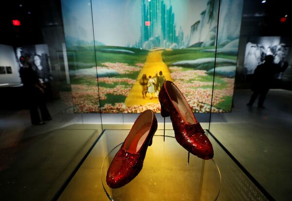 Nelle teche sono conservati artifici e cimeli diventati ormai più veri della realtà, per esempio: le scarpette di Dorothy del Mago di Oz, quelle vere indossate da Judy Garland nel capolavoro del 1939. - Sputnik Italia