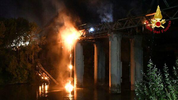 Горящий  Железный мост  Ponte dell'Industria в Италии  - Sputnik Italia