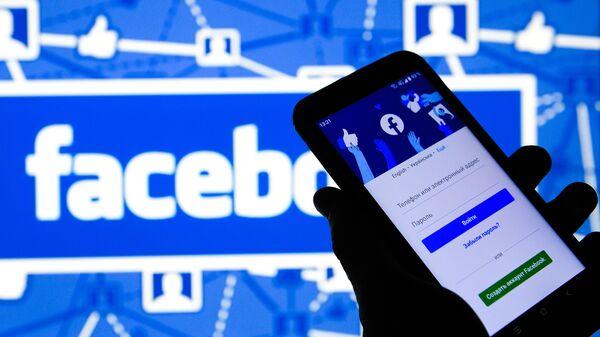 Приложение Facebook в мобильном телефоне - Sputnik Italia
