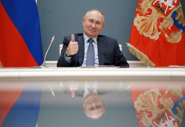 In precedenza, il presidente russo aveva confermato di essere in autoisolamento in seguito ai numerosi casi di infezione nel suo entourage. Il capo di stato russo è risultato negativo al tampone per il Covid-19. - Sputnik Italia