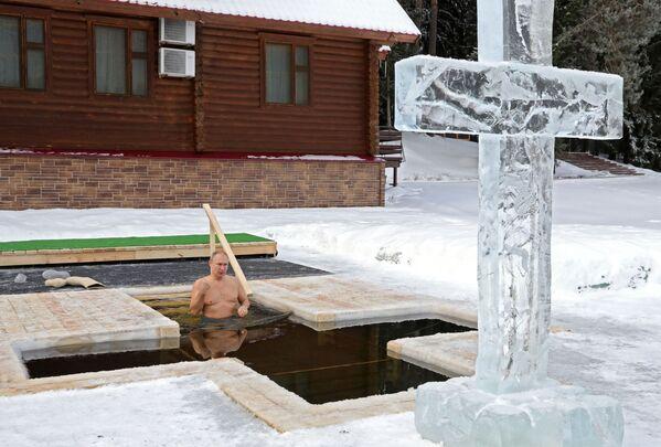 Il presidente russo Vladimir Putin partecipa al tradizionale bagno nelle acque ghiacciate, in occasione dell'Epifania ortodossa. - Sputnik Italia
