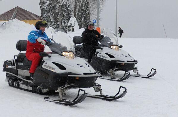 Vladimir Putin e il presidente bielorusso Alexander Lukashenko sulla motoslitta. - Sputnik Italia
