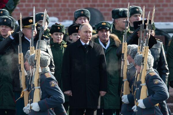 Il presidente russo Vladimir Putin alla cerimonia di deposizione della corona di fiori presso la tomba del Milite Ignoto nel Giardino di Alessandro, vicino al muro del Cremlino, in occasione della Giornata dei Difensori della Patria. - Sputnik Italia