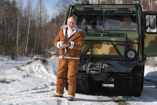 Vladimir Putin e il ministro della Difesa Sergey Shoigu hanno trascorso il weekend dal 20 al 21 marzo 2021 nella taiga siberiana, nella Repubblica di Tuva. Il ministro della Difesa ha mostrato al presidente la sua officina personale per la lavorazione del legno, hanno passeggiato insieme nella taiga e hanno guidato un fuoristrada: al volante c'era Putin. - Sputnik Italia