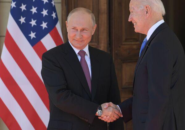 Il presidente russo Vladimir Putin e il presidente statunitense Joe Biden durante un incontro a Ginevra a Villa La Grange. - Sputnik Italia