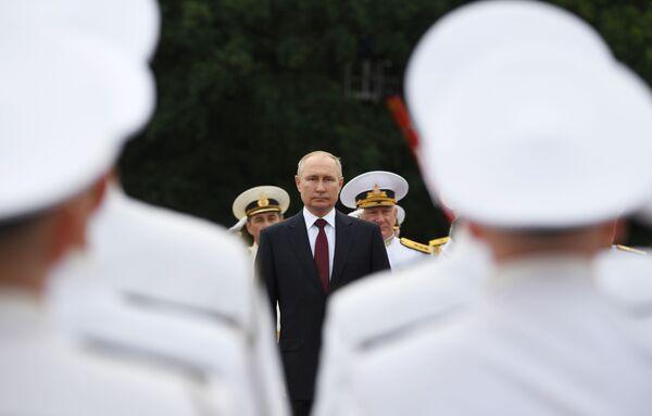 Secondo il portavoce del Cremlino Dmitry Peskov, nonostante il suo compleanno, Putin ha mantenuto gli impegni di lavoro, ma almeno questa sera terrà una festa di compleanno in compagnia di famiglia, parenti e amici. - Sputnik Italia