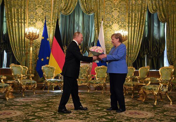 Il presidente russo Vladimir Putin e la cancelliera tedesca Angela Merkel durante un incontro a Mosca. - Sputnik Italia