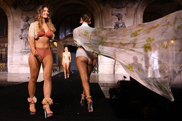 Le modelle presentano le creazioni di Etam durante la sfilata di lingerie di Etam nell'ambito della Fashion Week di Parigi - 4 ottobre 2021. - Sputnik Italia