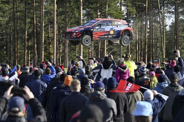 Gli spettatori osservano la Hyundai del pilota irlandese Craig Breen e del suo navigatore irlandese Paul Nagle in acrobazia durante la prova speciale 19 al WRC Rally Finland a Laukaa, Finlandia - 3 ottobre 2021. - Sputnik Italia