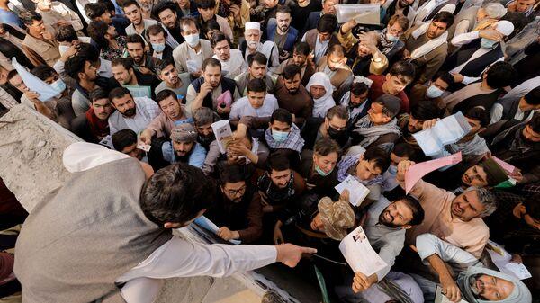 Афганцы собираются у паспортного стола в Кабуле, Афганистан - Sputnik Italia