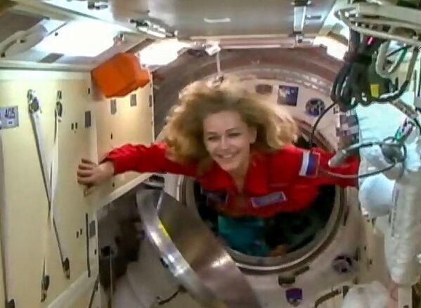 Uno screenshot di un video girato e rilasciato il 5 ottobre 2021 dall'Agenzia spaziale russa Roscosmos mostra l'attrice Yulia Peresild entrare nella Stazione Spaziale Internazionale. La Russia ha lanciato un'attrice e un regista nello spazio, nel tentativo di girare il primo film in orbita prima degli Stati Uniti. - Sputnik Italia