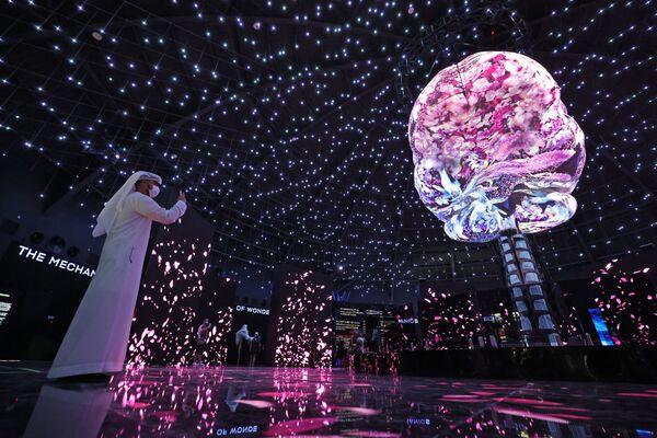 Un visitatore scatta alcune foto all'interno del Padiglione Russia all'Expo 2020 a Dubai - 5 ottobre 2021. - Sputnik Italia