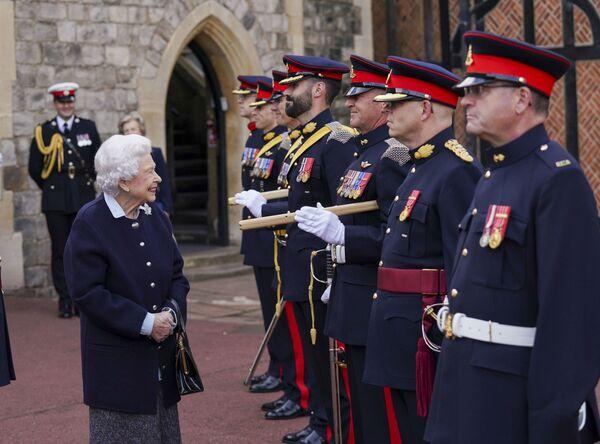 La regina britannica Elisabetta II incontra i membri del Royal Regiment of Canadian Artillery al Castello di Windsor, Inghilterra - mercoledì 6 ottobre 2021. - Sputnik Italia