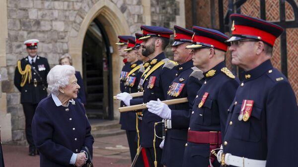 Британская королева Елизавета II встречается с членами Королевского артиллерийского полка Канады в Виндзорском замке - Sputnik Italia