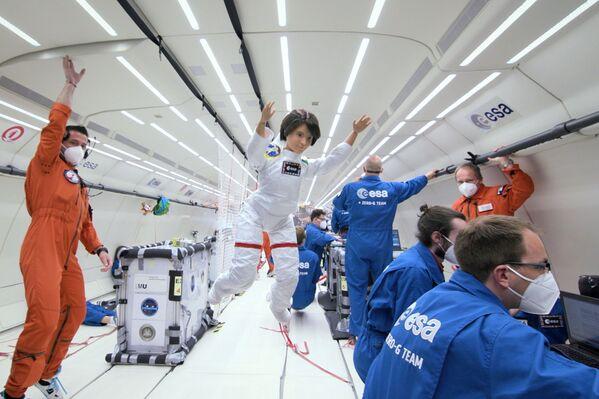 L'astronauta italiana Samantha Cristoforetti in versione 'Barbie', durante un volo a gravità zero con i membri dell'Agenzia spaziale europea. La bambola servirà ad incoraggiare le bambine a intraprendere gli studi delle discipline Stem (Science, Technology, Engineering, and Mathematics). - Sputnik Italia