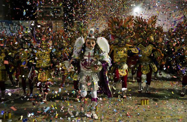 Alcune persone eseguono la danza Diablada de Oruro a Oruro, in Bolivia - venerdì 1 ottobre 2021. - Sputnik Italia