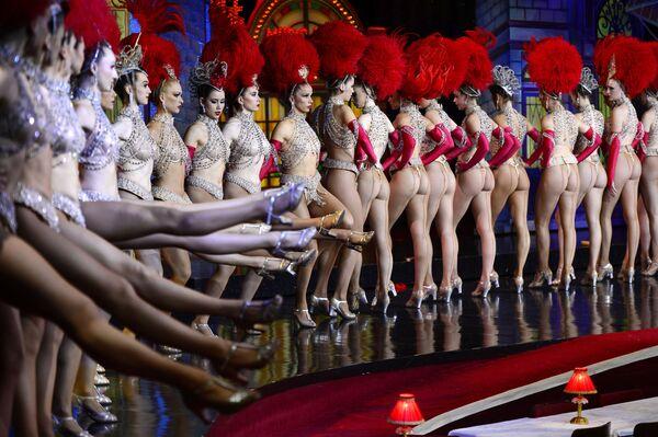 Le ballerine del Moulin Rouge si esibiscono il 7 novembre 2014 nel tentativo di battere il record nel maggior numero consecutivo di slanci di gamba in trenta secondi. L'esibizione si è svolta in occasione del 125° anniversario del cabaret. - Sputnik Italia