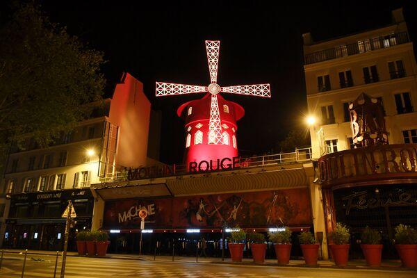 """Una foto scattata il 15 aprile 2020 mostra il viale deserto di fronte al cabaret francese """"Moulin rouge"""" a Parigi, nel 30° giorno di lockdown in Francia, imposto nel tentativo di frenare la diffusione della pandemia di COVID-19. - Sputnik Italia"""