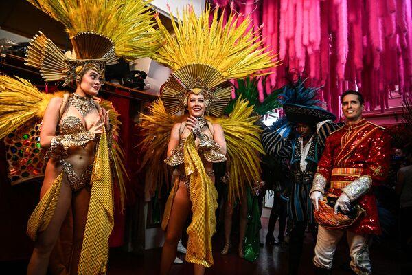 Le ballerine in attesa dietro le quinte prima di esibirsi in una prova generale al Moulin Rouge, due giorni prima della riapertura del cabaret dopo la chiusura di 18 mesi a causa della pandemia di COVID-19 - 8 settembre 2021 - Sputnik Italia