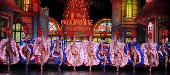 Le ballerine del Moulin Rouge si esibiscono al cabaret di Parigi di fronte ai giudici del Guinness dei primati, nel tentativo di battere il record del maggior numero consecutivo di slanci di gamba in 1 minuto - 16 novembre 2010. - Sputnik Italia