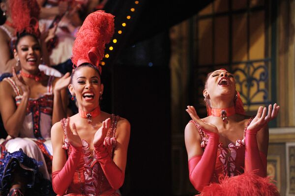 Le ballerine del Moulin Rouge in posa prima del loro tentativo di battere il record del maggior numero di slanci di gamba simultanei eseguiti da una singola linea di ballerine in 1 minuto - 16 novembre 2010. - Sputnik Italia