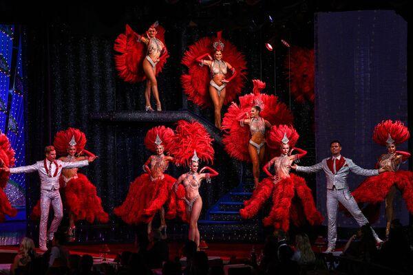Le ballerine si esibiscono durante una prova generale al Moulin Rouge di Parigi due giorni prima della riapertura del cabaret dopo la chiusura di 18 mesi a causa della pandemia di COVID-19 - 8 settembre 2021, - Sputnik Italia