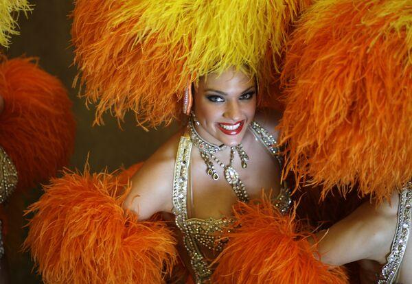 Una ballerina del Moulin Rouge posa per una foto, dopo una conferenza stampa a Rio de Janeiro. Le ballerine del Moulin Rouge hanno preso parte alla sfilata del carnevale della Grande Rio scuola di samba - venerdì 20 febbraio 2009. - Sputnik Italia