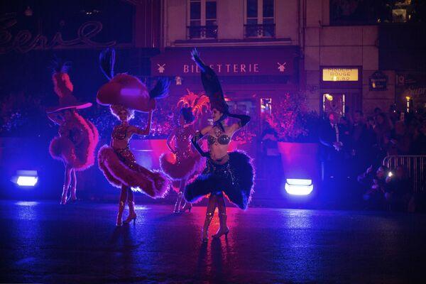 Le ballerine del Moulin Rouge si esibiscono durante celebrazione del 130° anniversario del Moulin Rouge a Parigi - domenica 6 ottobre 2019. - Sputnik Italia