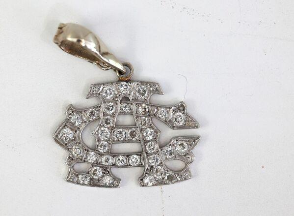 In totale sono stati messi all'asta 174 lotti, tra cui questo pendente in oro bianco con diamanti che apparteneva ad Al Capone. - Sputnik Italia