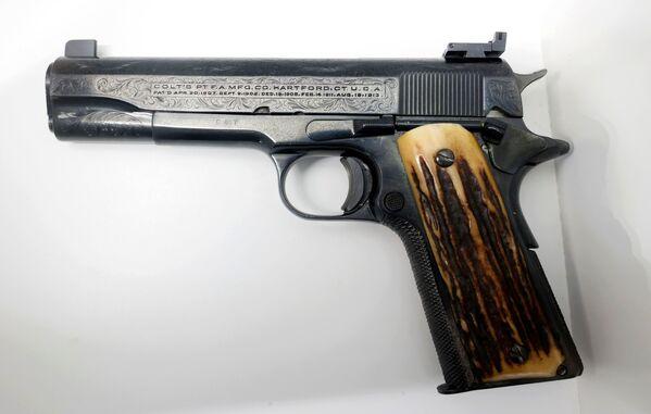 La pistola preferita di Al Capone, la Colt calibro 45 con impugnatura in legno. La base d'asta è di 150mila dollari.  - Sputnik Italia