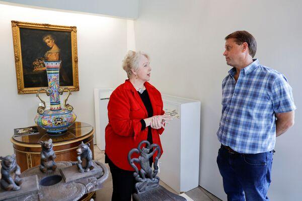 Diane Capone, la nipote del gangster americano Al Capone, parla con il fondatore della Witherell's Gallery che ha ospitato l'asta degli oggetti dell'ex boss mafiso.  - Sputnik Italia