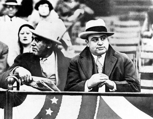 Al Capone ha creato un vero e proprio impero criminale a Chicago negli anni 1920-1930.  Il suo nome è diventato il sinonimo di gangster. Ancor oggi resta inspiegabile il fatto di come il boss mafioso, colpevole di decine di omicidi (in realtà alcuni parlano di duecento in totale), è riuscito a rimanere impunito.  - Sputnik Italia
