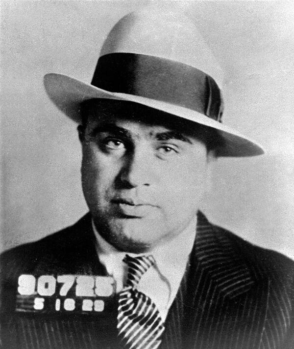 """Alphonse Gabriel """"Al"""" Capone è uno dei più famosi mafiosi statunitensi con le origini italiani. Nella cultura di massa è conosciuto anche per il soprannome di """"scarface"""" (faccia con cicatrice) a causa di una vistosa cicatrice sulla guancia. - Sputnik Italia"""