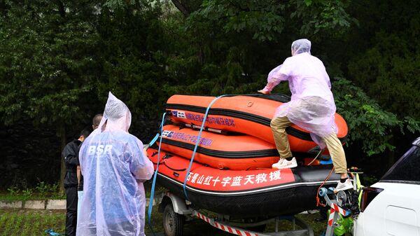 Спасатели до поездки в китайскую провинцию Хэнань  - Sputnik Italia