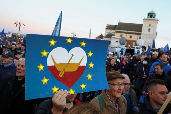 A Varsavia erano presenti circa 100 mila persone, altre migliaia hanno protestato a Cracovia e a Poznan: in totale e in tutto il paese ci sono stati cento cortei. - Sputnik Italia