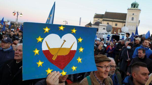 Протестующие с флагами ЕС и Польши во время демонстрации за Евросоюз в Варшаве  - Sputnik Italia