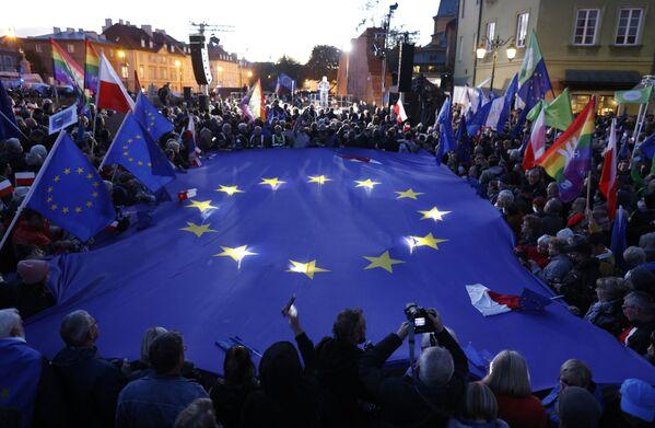 Domenica 10 ottobre in Polonia sono state organizzate decine di manifestazioni per protestare contro la sentenza della Corte Costituzionale che ha stabilito la superiorità del diritto nazionale su quello dell'Unione Europea. - Sputnik Italia