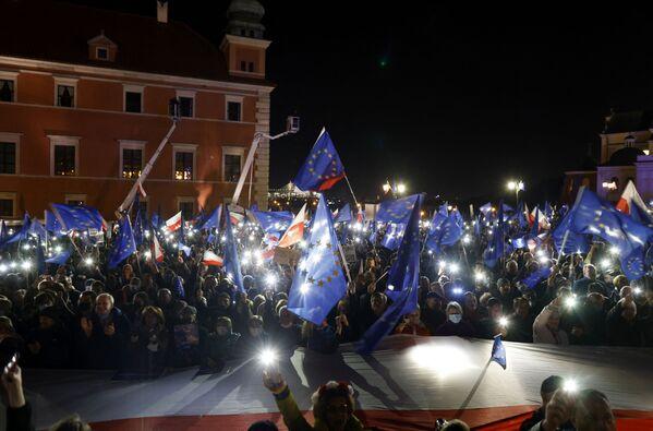 """Critici contro il governo nazionalista di destra, i manifestanti temono che la sentenza del tribunale possa portare alla """"Polexit"""" o alla Polonia costretta a lasciare l'Ue per un apparente rifiuto delle leggi e dei valori del blocco. - Sputnik Italia"""