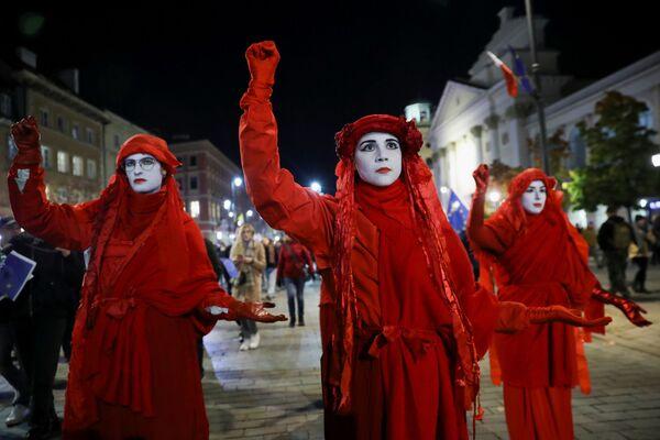 Donald Tusk, il principale leader dell'opposizione in Polonia, ha affermato che le politiche del partito Diritto e Giustizia (PiS) al governo stanno mettendo a repentaglio il futuro della Polonia in Europa. - Sputnik Italia