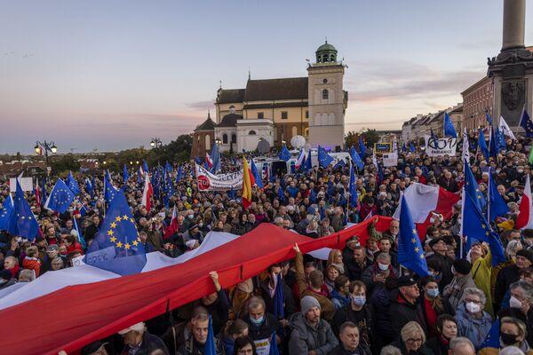 """A sostenere la protesta c'erano diversi partiti e organizzazioni fra cui Piattaforma Civica, il cui leader Donald Tusk, ex presidente del Consiglio europeo, ha detto di volere una Polonia """"indipendente, europea, democratica"""". - Sputnik Italia"""